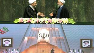 ប្រធានាធិបតីអ៊ីរ៉ង់ លោកហាសាន់ រូហានីចាប់ដៃជាមួយប្រធានតុលាការអ៊ីរ៉ង់លោក Sadegh Larijani នៅពេលក្នុងពិធីស្បថចូលកាន់តំណែងប្រធានាធិបតី នៅថ្ងៃទី ៥សីហា ២០១៧