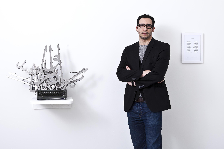 Mounir Fatmi, vidéaste et plasticien marocain.