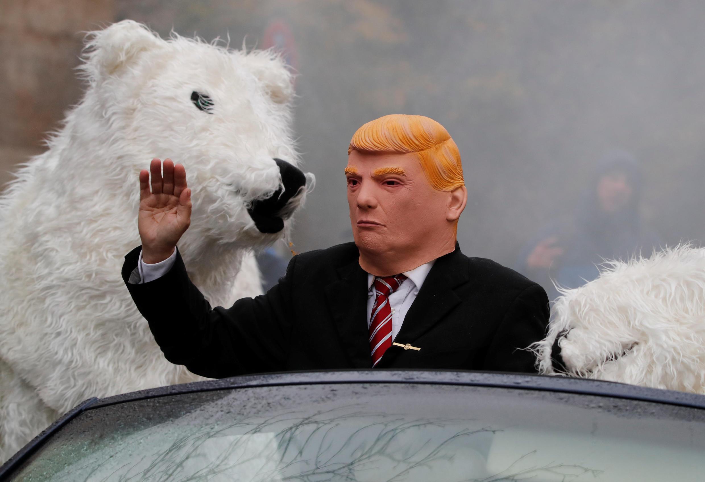 Boneco do presidente americano, Donald Trump, pronto para ser engolido por ursos polares nos corredores da COP 23, em Bonn, na Alemanha.