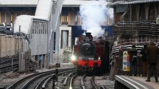 La locomotive «Met 1», construite en 1898, entre en gare de Farringdon à l'occasion des célébrations fêtant les 150 ans du métro de Londres.