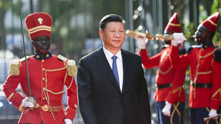 Le président chinois Xi Jinping marche sur le tapis rouge devant une garde d'honneur au palais présidentiel, lors de sa visite à Dakar, au Sénégal, le 21 juillet 2018.
