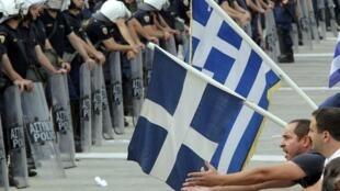 Manifestantes estão acampados na praça Syntagma, em frente ao Parlamento da  Grécia.
