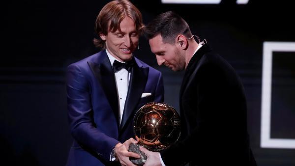 Luka Modric, Ballon d'Or 2018, donne à Lionel Messi le trophée de l'édition 2019.