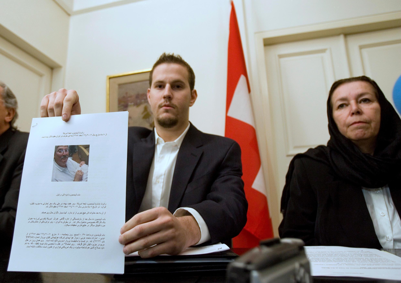 عکس آرشیو- نشست خبری کریستین لوینسون همسر و دانیل لوینسون فرزند رابرت لوینسون، در محل سفارت سویس در تهران. ۲۲ دسامبر ۲۰۰۷