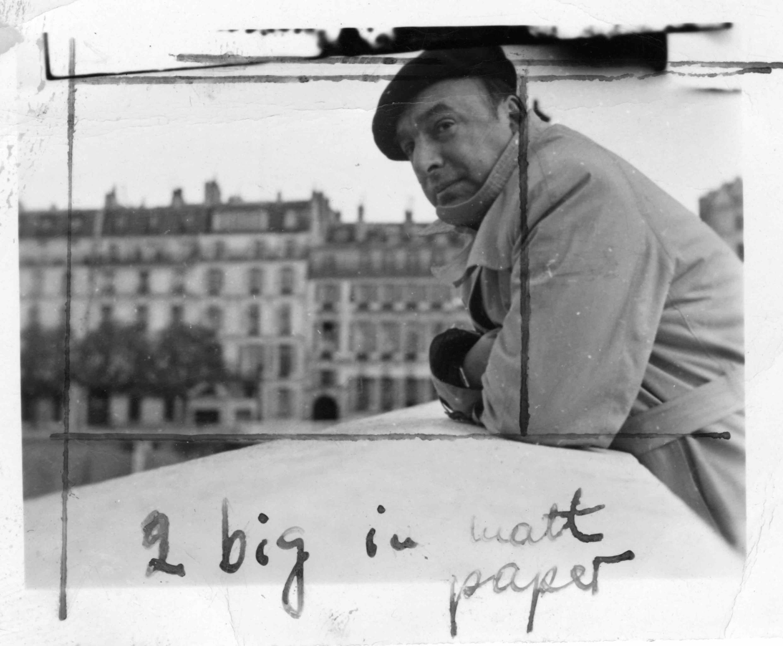 Pablo Neruda en un puente del Sena, París 1949.