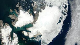Image satellite de l'Austfonna (en haut à droite) relié au Vestfonna (à gauche) et le Sørfonna (en bas).