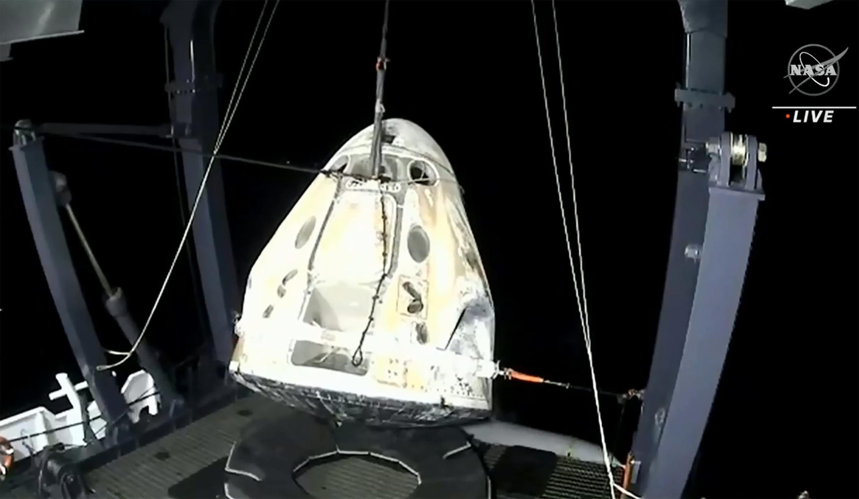 La cápsula Crew Dragon de SpaceX, con cuatro astronautas a bordo, es izada a un barco tras amerizar frente a la costa de Panama City (Florida), el 2 de mayo de 2021 al sureste de EEUU