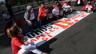 Activistas de las organizaciones Cosecha y TPS Alliance protestan cerca de la Casa Blanca el 30 de abril de 2021 en Washington para exigir más acciones en favor de los inmigrantes por parte de la administración del presidente Joe Biden.