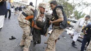 Mmoja kati ya majeruhi aondolewa katika eneo la tukio katika mji wa Sanaa, nchini Yemen, Oktoba 9 mwaka 2014.