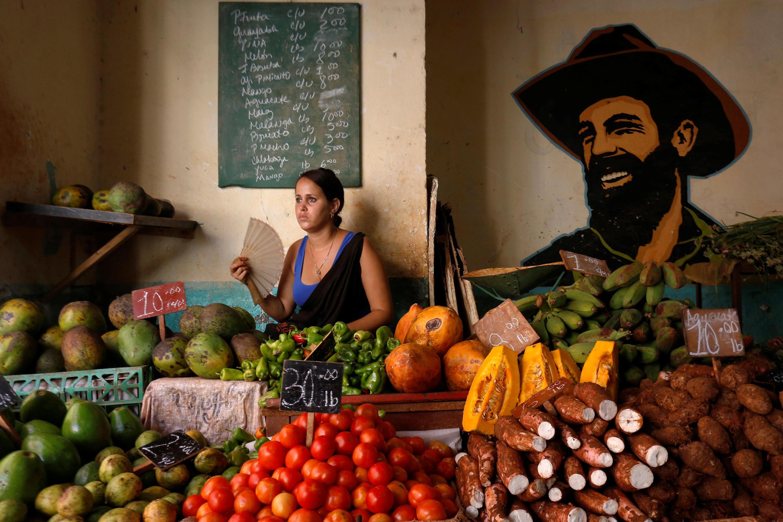 Une marchande de fruits à La Havane (Cuba).