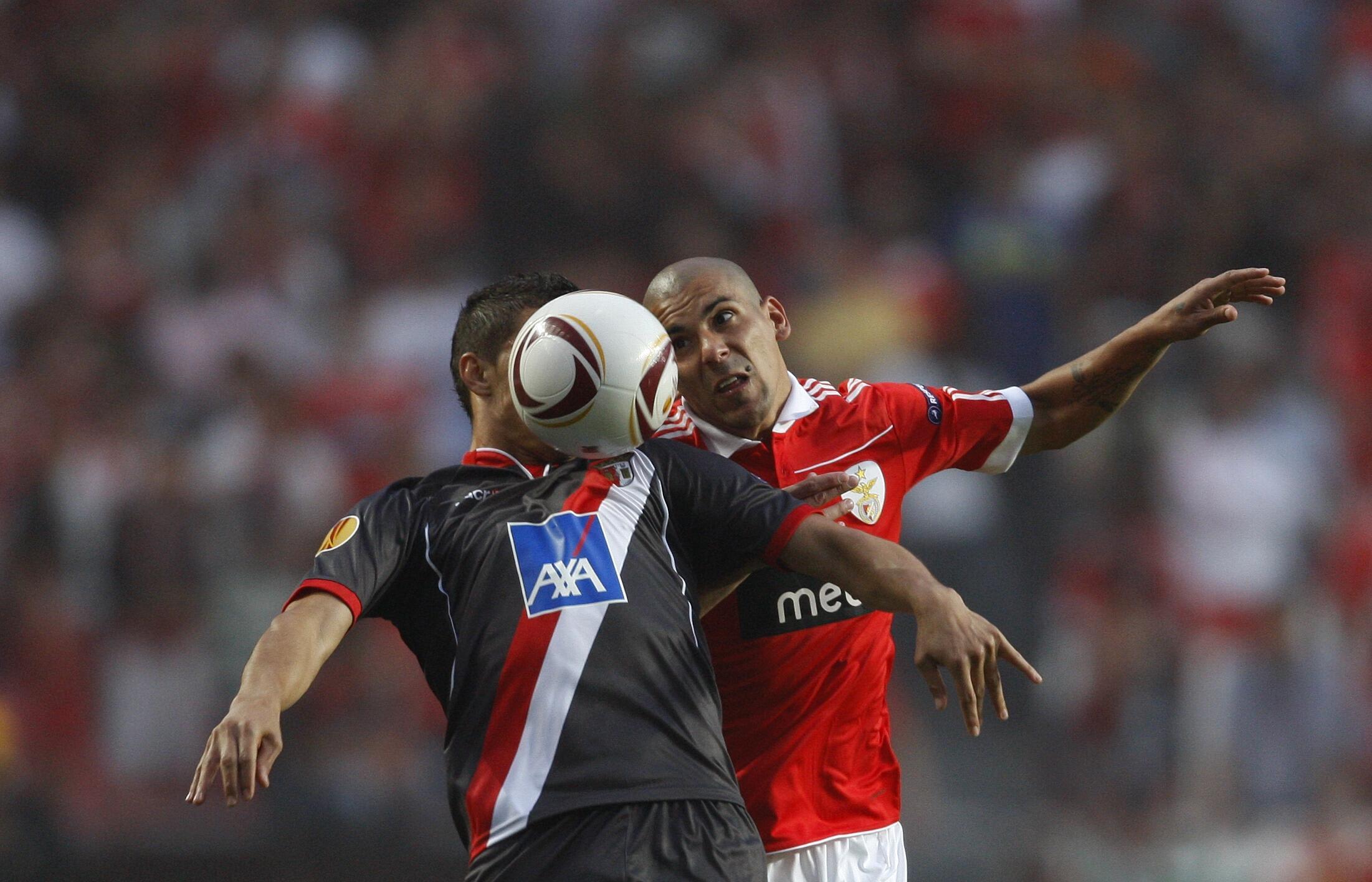 Maxi Pereira (Benfica) et Jose Lima (Braga) à la lutte lors de la demi-finale aller de Ligue Europa, le 28 avril 2011.