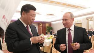 Chủ tịch Trung Quốc Tập Cận Bình (G) và đồng nhiệm Nga Vladimir Putin trong một cuộc hội kiến ở Thiên Tân, 08/06/2018
