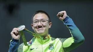 Atleta brasileiro Felipe Wu comemora a medalha de prata.