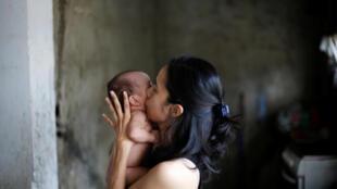 Một bà mẹ hôn con tại khu nhà ổ chuột Petare tại Caracas (thủ đô Venezuela) ngày 21/08/2017.