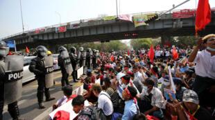 Ativistas pró-democracia diante da repressão do Exército de Myanmar.