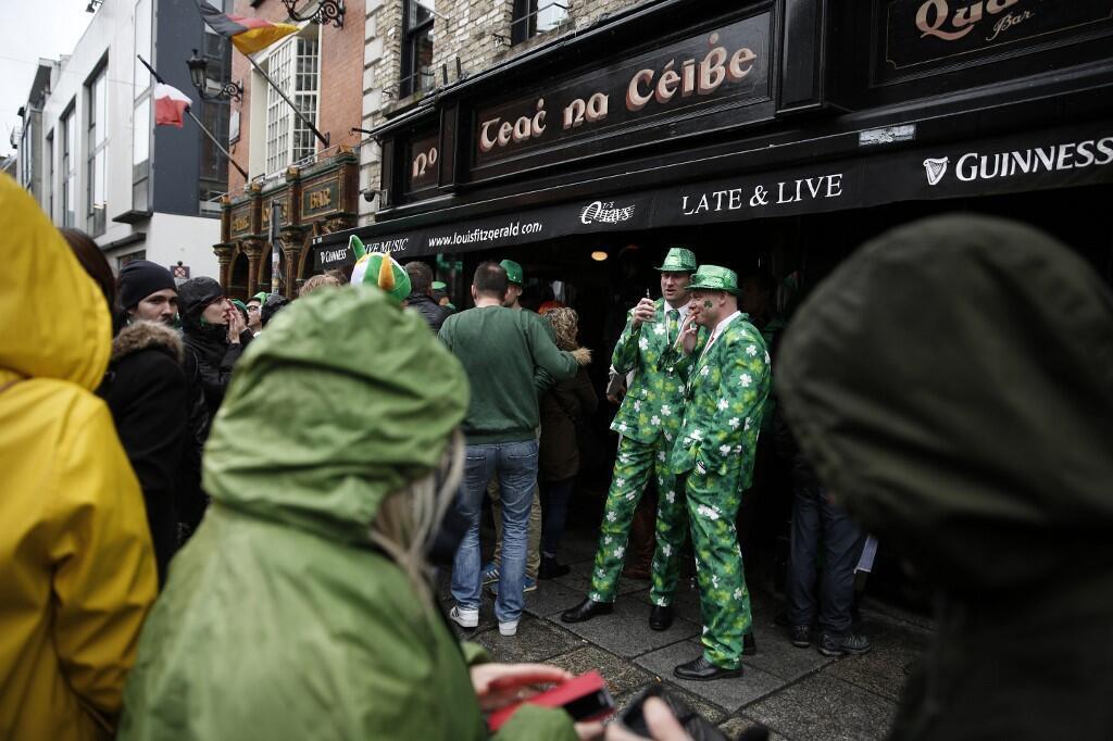 Des tourites devant le Temple Bar, le jour de la Saint Patrick à Dublin, le 17 mars 2019.