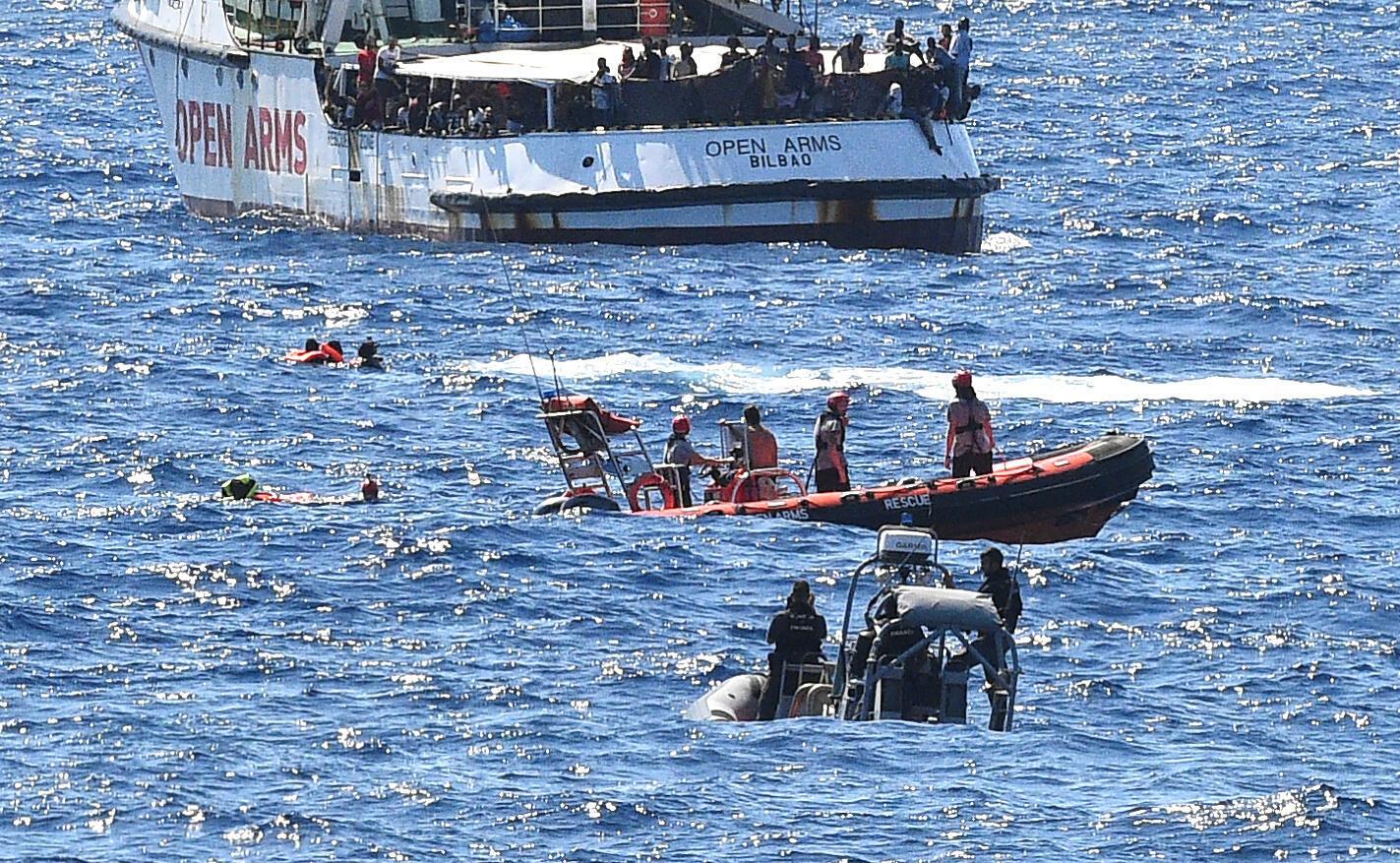 Dans un geste de désespoir face à la côte à portée de main, des migrants transportés par l'«Open Arms» ont sauté à l'eau, avant d'être secourus par les garde-côtes italiens.