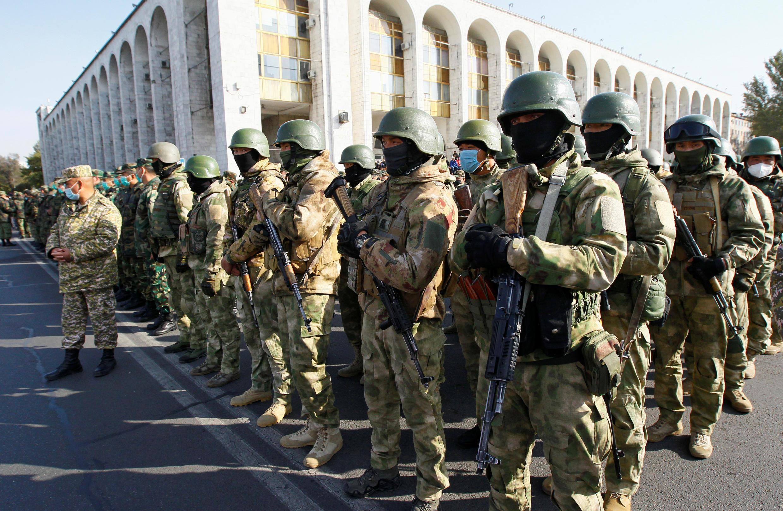Военные на центральной площади «Ала-Тоо» в Бишкеке 10 октября 2020.