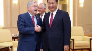 Ảnh tư liệu: Đại sứ Mỹ tại Trung Quốc Terry Branstad (T) bắt tay chủ tịch Trung Quốc Tập Cận Bình, tại Đại lễ đường nhân dân, Bắc Kinh, ngày 30/09/2017