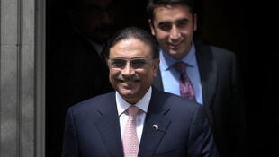 Asif Ali Zardari (L) and Bilawal Bhutto