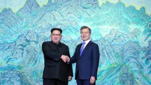 Le leader nord-coréen Kim Jong-un (à gauche) et le président sud-coréen Moon Jae-in (à droite).