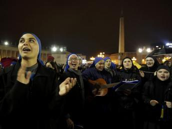 Religiosas cantam alegres à espera da fumaça branca em 12 de março de 2013.