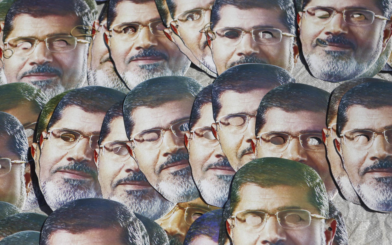 Сторонники Мухаммеда Мурси с масками, изображающими свергнутого президента, в Каире 01/08/2013