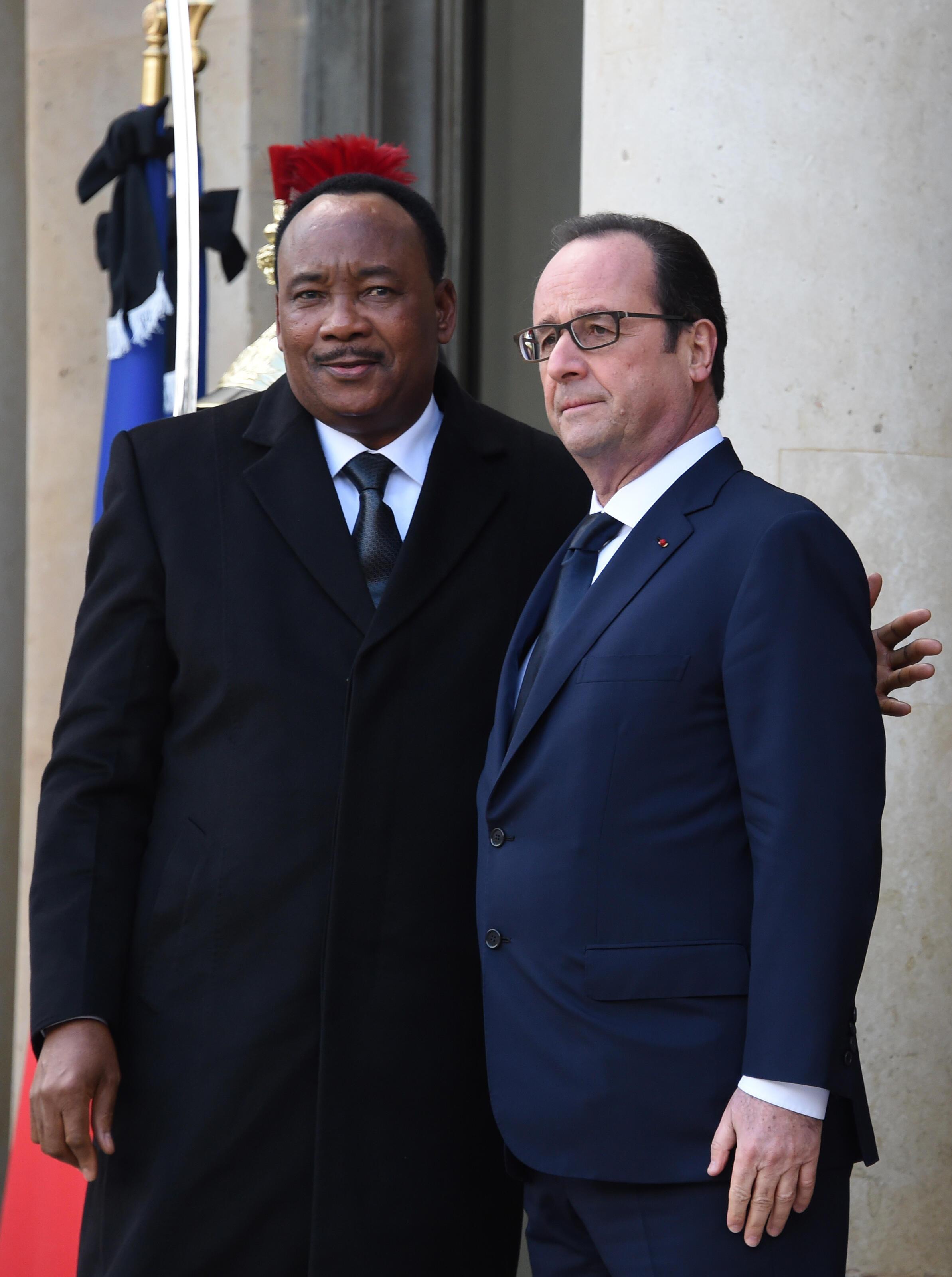 Le président du Niger, Mahamadou Issoufou, accueilli par François Hollande avant la Marche républicaine. 11 janvier 2015.