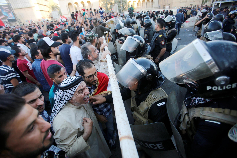 پلیس ضدشورش عراق تلاش میکند جمعیت را در جریان اعتراضات در بغداد پراکنده کند. جمعه ۲٩ تیر/ ٢٠ ژوئیه ٢٠۱٨