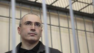Mikhail Khodorkovsky lúc ra trước tòa án ở Chita ngày  21/08/ 2008.
