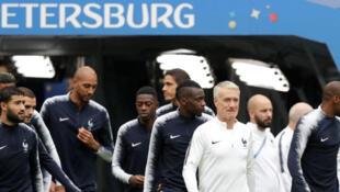 L'entraîneur de l'équipe de France de football (Les Bleus) Didier Deschamps et les joueurs pendant l'entraînement au Stade de Saint-Pétersbourg en Russie, le 9 juillet 2018.