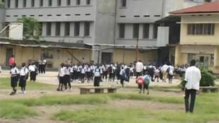 Rentrée scolaire en RDC, des élèves en uniforme dans la cour d'une école à Kinshasa.