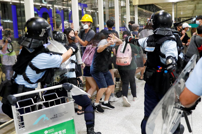 Cảnh sát chống bạo động phun hơi tiêu để giải tán biểu tình tại sân bay Hồng Kông, ngày 13/08/2019.
