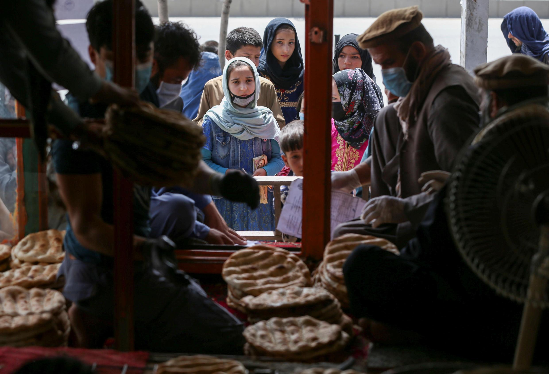به باور بانک جهانی، فقر گسترده، ابهامات سیاسی و امنیتی و بسته بودن مرزها، اقتصاد افغانستان را با ابهامات بسیار رو به رو کرده است. ابهاماتی که به دشواریها و نگرانیهای موجود شهروندان در این کشور افزوده است.