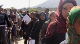 Migrantes hacen la cola para registrarse en Mitilene, en la isla de Lesbos, el pasado 8 de septiembre de 2015.