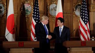 Tổng thống Mỹ Donald Trump (T) và thủ tướng Nhật Shinzo Abe, trong cuộc họp báo chung, tại Tokyo, ngày 6/11/2017