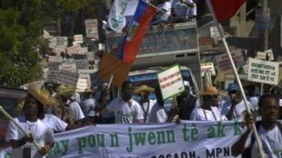 Port-au-Prince, 11 janvier 2012. Des milliers de manifestants ont défilé dans les rues de Port-au-Prince pour réclamer la recontruction de logements dans les zones touchées par le seisme, il y a deux ans.
