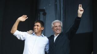 Le candidat du Frente Amplio Tabaré Vazquez (d.) et son colistier Raul Sendic, lors de leur dernier meeting à Montevideo le 27 novembre 2014.