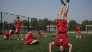 Alunos de menos de 14 anos da Escola Internacional de Futebol de Pyongyang.