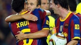 Xavi, ya rungume  Iniesta tare da  Messi