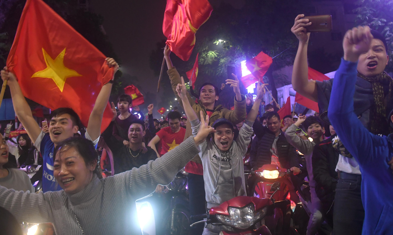 hàng nghìn người đổ ra trung tâm Hà nội ăn mừng chiến công của đội tuyển U 23 Việt Nam tại giải vô địch bóng đá U 23 châu Á, ngày 20/01/2018.