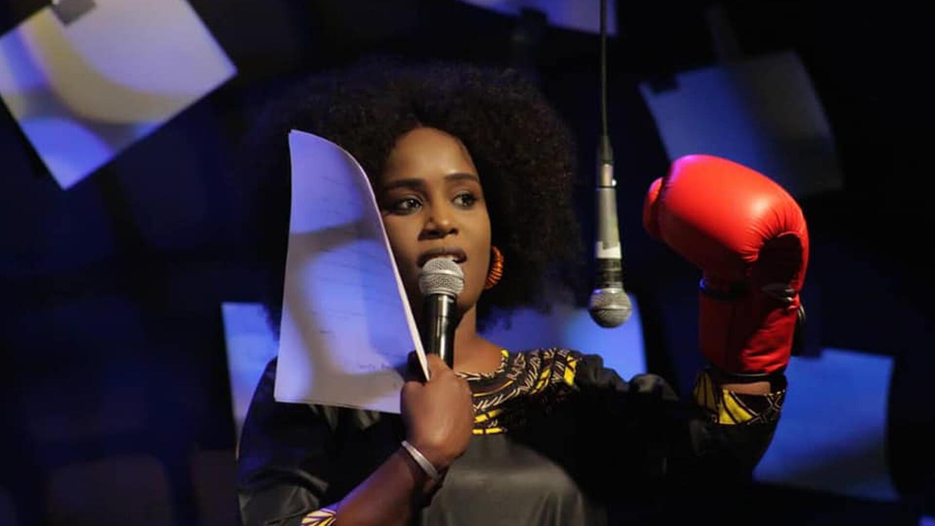 Djeynaba Touré sur scène.