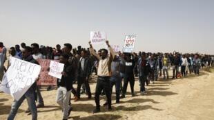 Des migrants africains marchent du centre de détention de Holot vers la prison de Saharonim, le 22 février 2018.