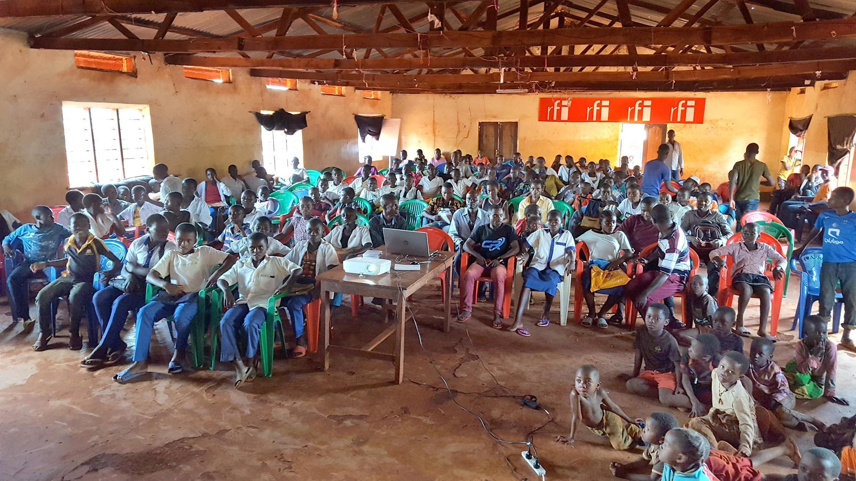 Chaque séance de cinéma réunit environ 200 personnes dans le camp de Nyarugusu.