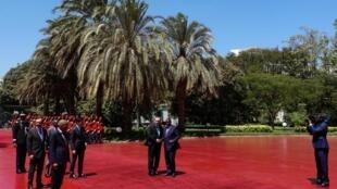 Le président turc Recep Tayyip Erdogan (g) a été accueilli par son homologue sénégalais Mack Sall, lors de son arrivée à la prés