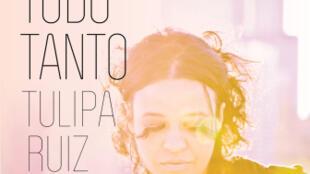 """Capa do álbum """"Tudo Tanto"""", de Tulipa Ruiz."""