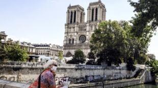 Paris Notre Dame tourist