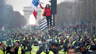 Người Áo Vàng biểu tình trên đại lộ Champs-Elysées, Paris, 24/11/2018.