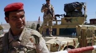 Các quân nhân Irak tại căn cứ Makhmour sau khi tái chiếm từ quân thánh chiến, ngày 17/04/2016.
