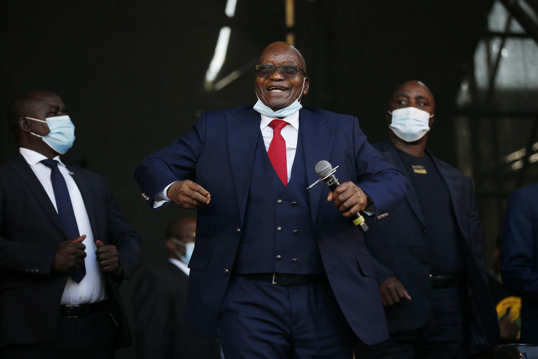 南非前总统雅各布祖马在南非彼得马里茨堡向支持者发表讲话前跳舞 2021年5月26日
